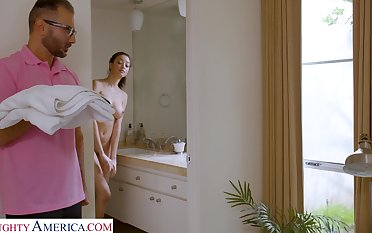 Stepdad screws Scarlett after spying vulnerable her in be transferred to shower