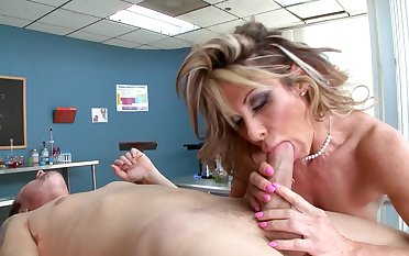 Skinny alms-man copes with well-rounded sex-hungry MILF