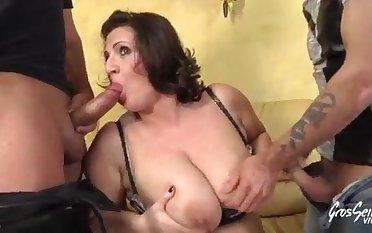 Romina, milf gourmande aux seins énormes 15 min  1080p