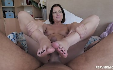 Sovereign Syre makes her friend cum by a hand job and a degraded job before lovemaking