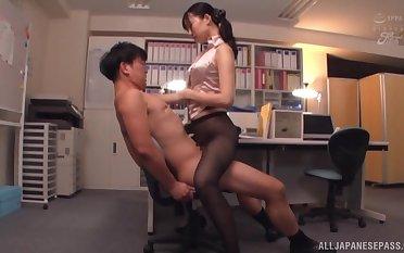 Kurokawa Sumire wearing black nylon to beg the brush friend hornier than ever